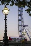 伦敦公共汽车和伦敦眼 库存图片
