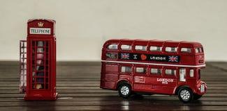 伦敦公共汽车和电话亭 库存照片