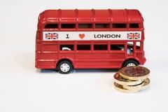 伦敦公共汽车和1 1英镑硬币 库存图片