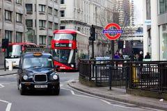 伦敦出租汽车、公共汽车和地下标志 库存图片