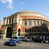 伦敦出租汽车和皇家阿尔伯特霍尔 库存图片