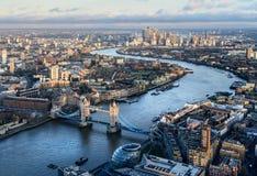 伦敦和泰晤士河和在日落的塔桥梁Arial视图  库存图片