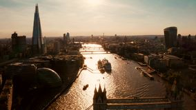 伦敦和泰晤士河的航空全景城市景观 股票录像
