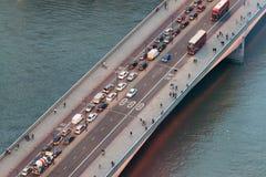 伦敦在一座桥梁的城市交通在晚上,空中顶上的看法 免版税库存图片