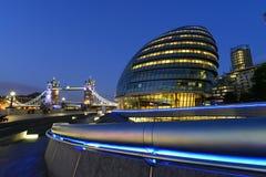 伦敦在塔桥梁旁边的市政厅大厦在晚上 免版税库存照片