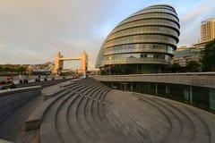 伦敦在塔桥梁旁边的市政厅大厦 库存照片