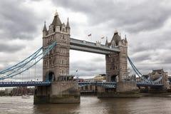 伦敦在多云天空的塔桥梁 库存图片