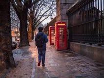 伦敦在大英博物馆之外的电话箱子在黄昏, 2013年12月 库存照片