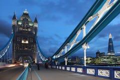 伦敦在微明的塔桥梁 库存图片