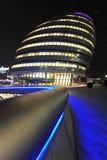 伦敦在晚上被打开的市政厅 库存照片
