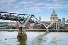 伦敦在泰晤士河的千年桥梁 免版税库存照片