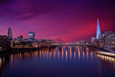 伦敦在泰晤士河的地平线日落 免版税库存照片