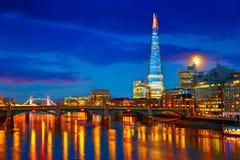 伦敦在泰晤士河的地平线日落 免版税库存图片
