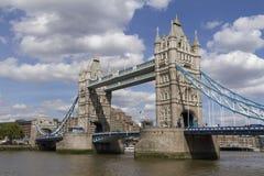 伦敦在泰晤士河的塔桥梁在一个晴天,伦敦 免版税库存图片