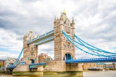 伦敦在泰晤士河的塔桥梁 免版税库存图片