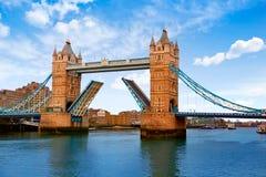 伦敦在泰晤士河的塔桥梁 免版税库存照片