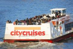 伦敦在泰晤士河的游览小船 免版税库存照片