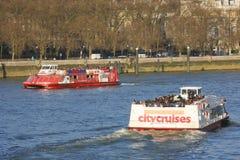 伦敦在泰晤士河的游览小船 库存图片