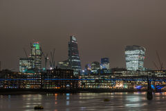 伦敦地平线在与反射的晚上 免版税库存照片