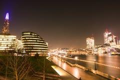 伦敦地平线在唐莴苣和泰晤士河的晚上 免版税图库摄影