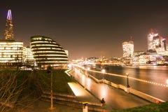 伦敦地平线在唐莴苣和泰晤士河的晚上 库存照片