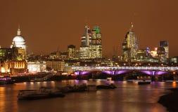 伦敦地平线在晚上 免版税库存照片