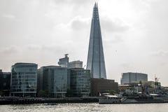 伦敦地平线在河附近的碎片摩天大楼 免版税库存图片