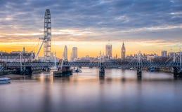 伦敦地平线如被看见从滑铁卢桥梁 免版税库存图片