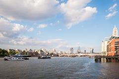 伦敦地平线的看法和泰晤士河在夏天 免版税库存图片