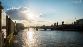 伦敦地平线的看法和泰晤士河在夏天 免版税图库摄影