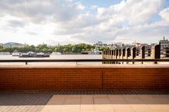 伦敦地平线的看法和泰晤士河在夏天 免版税库存照片