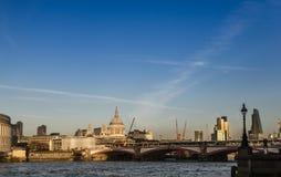 伦敦地平线的看法在一个晴天,美丽的桥梁和 库存照片