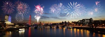 伦敦地平线,夜视图,在Hungerford桥梁的烟花和 库存照片