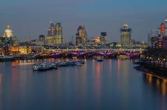 伦敦地平线- Blackfriars桥梁,圣保罗大教堂,含氧的塔 免版税库存照片