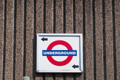 伦敦地铁标志和方向 免版税库存照片