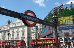伦敦地铁标志和街道生活 图库摄影