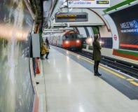 伦敦地铁-等待她的火车的女孩 库存照片