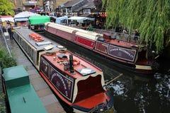 伦敦坎登锁停泊的waterbus小船 免版税图库摄影