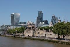 伦敦塔和伦敦金融中心 免版税库存图片