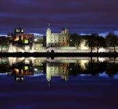 伦敦塔在晚上,从河的全景 库存照片