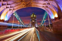 伦敦塔在泰晤士河的桥梁日落 免版税库存图片