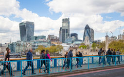 伦敦塔墙壁和企业唱腔现代玻璃大厦在背景的 图库摄影
