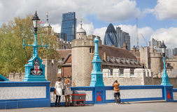 伦敦塔墙壁和企业唱腔现代玻璃大厦在背景的 库存图片