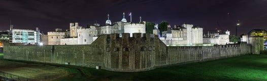 伦敦塔晚上全景,英国 免版税库存图片