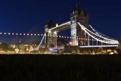 伦敦塔桥在伦敦,英国 与美丽的云彩的日落 吊桥开头 免版税库存照片
