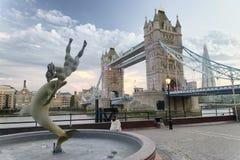 伦敦塔桥梁和喷泉在日落 免版税图库摄影