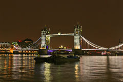 伦敦塔桥梁和泰晤士河在晚上 免版税库存照片