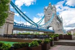 伦敦塔桥梁在一多云天 库存照片