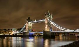 伦敦塔桥梁在夜之前 库存图片