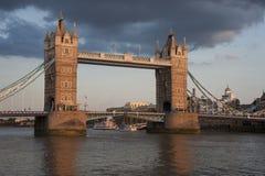 伦敦塔桥梁在日落期间的 库存图片